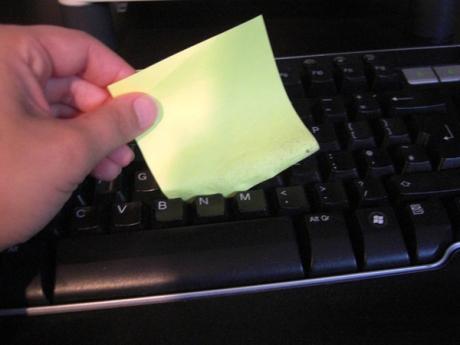 Pulire la tastiera con un post-it