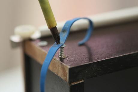 Usare il cacciavite con un elastico